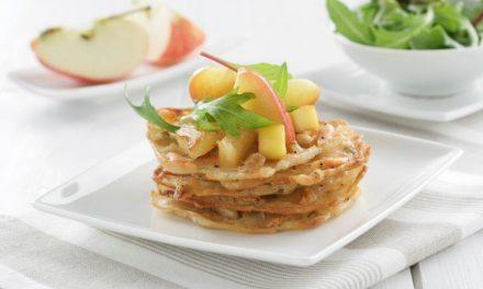 Tortillitas de Camarones con dados de fruta salteada y rucula