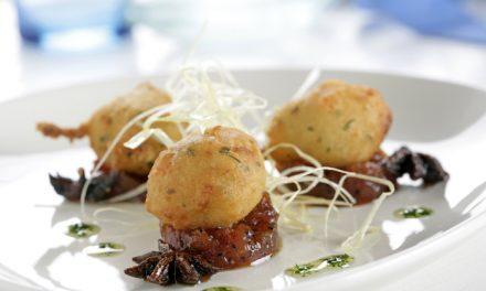 Buñuelo de merluza con gambas con compota de tomate, aceite de perejil y crujiente de puerro