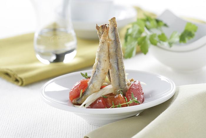 Boquerones fritos con ensalada de tomates y pimientos