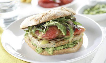Hamburguesa de atún con aguacate, tomate asado y mayonesa de wasabi