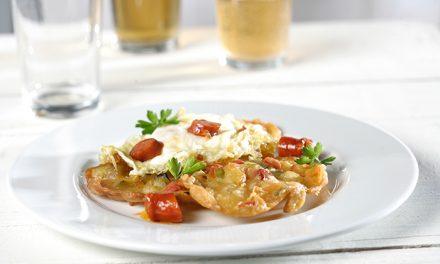 Huevos fritos con tortillitas de verduras